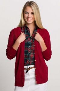 Basic hırkamızın içine giyeceğiniz lacivert bir tişört ve altına giyeceğiniz lacivert bir jean hem kışa uygun hem size uygun defactodan ve fiyatı ise 34.99 TL.