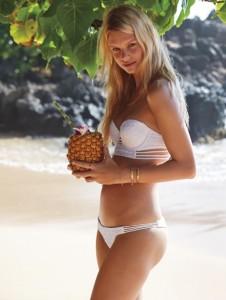 Bir diğer popular rengimiz ve modelimiz karşınızda beyaz tüm asilliğiyle şimdide beachlerde bronzlaşmış teninizin koyuluğuyla bikininizin asil beyazlığıyla uyumunuz herkesin gözünü kamaştıracaktır.